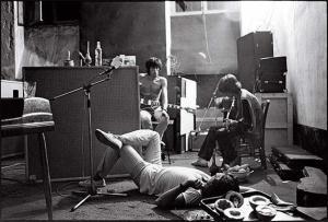 La esencia de Exile on Main Street se destiló durante las largas noches que los Stones pasaron tocando en el sótano de la casa francesa, donde mezclaron sus sonidos roqueros con el blues, el country y el gospel