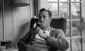 Es curioso que, siendo un gran escritor, como se le reconoció mundialmente con el Premio Nobel de Literatura, Steinbeck nunca cayera simpático a una buena parte de sus conciudadanos, y la publicación de Las uvas de la ira lo convirtió en un proscrito social. «Los insultos de los terratenientes y los banqueros son bastante graves y empieza a asustarme el poder de todo esto», escribió en aquel momento. «La histeria sobre el libro sigue creciendo», dirá más adelante