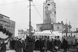 """A partir de 1922 comenzaron a celebrarse veladas anuales oficiales en memoria del aniversario de la muerte de Pushkin. Se referían a él como """"la primavera rusa, la mañana rusa, el Adán ruso"""" y lo comparaban con Dante, Petrarca, Shakespeare, Schiller y Goethe"""